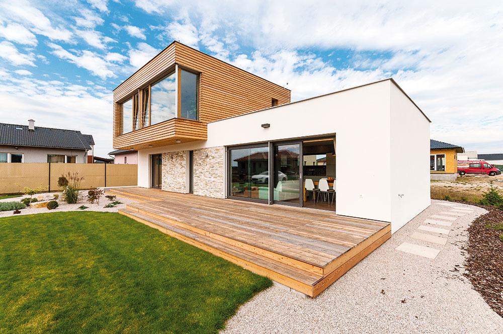 Moderný solitér. Presadenie ustupujúceho horného podlažia je efektným architektonickým prvkom, ktorý rozohráva jednoduché hmoty objektu – dom akoby bol zložený zdvoch navzájom pootočených kvádrov, pričom presah horného podlažia je zároveň využitý ako tienenie terasy. VLevíne architekt podporil tento efekt aj odlišnou fasádou.