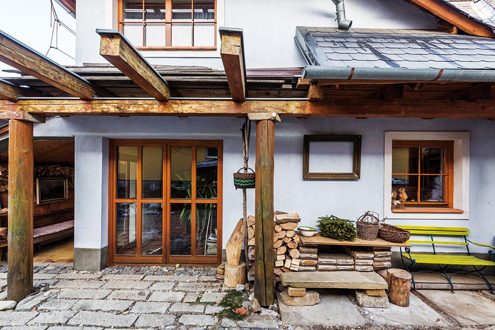 """Vonkajšie stĺpy nesú novú konštrukciu podlahy aprenášajú aj ťarchu strechy: """"Nová podlaha vznikla 50 cm nad úrovňou starej. Odľahčili sme tak pôvodné trámy, ktoré by už staticky neobstáli, no zachovali sme ich pre náš dom. Ostali vplnej kráse priznané vpodhľade prízemia."""""""