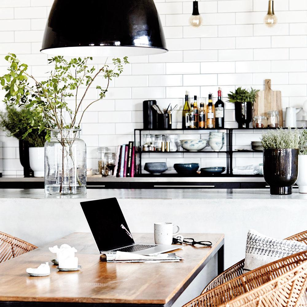Ratanová stolička so subtílnymi oceľovými nohami od značky House Doctor opticky prehreje aj industriálne ladenú kuchyňu. Dokúpiť si knej môžete aj taburetku vprírodnom alebo čiernom vyhotovení. Objednávajte na www.livingandcompany.com.