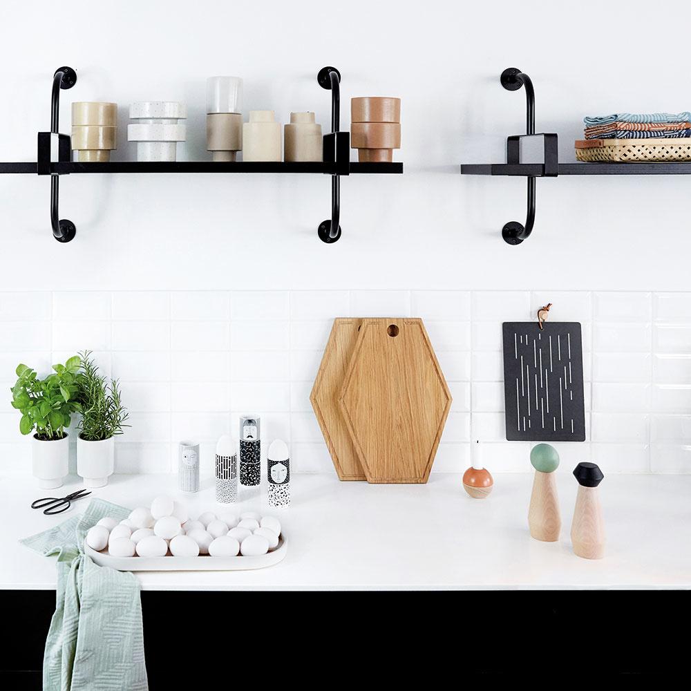 Aby pôsobili biela a čierna mäkšie, oplatí sa staviť na hravé doplnky. V portfóliu značky Oyoy nájdete veselé mlynčeky na soľ a korenie z bukového dreva s geometrickou vrchnou časťou. Objednávajte na www.kitchenetteshop.cz.