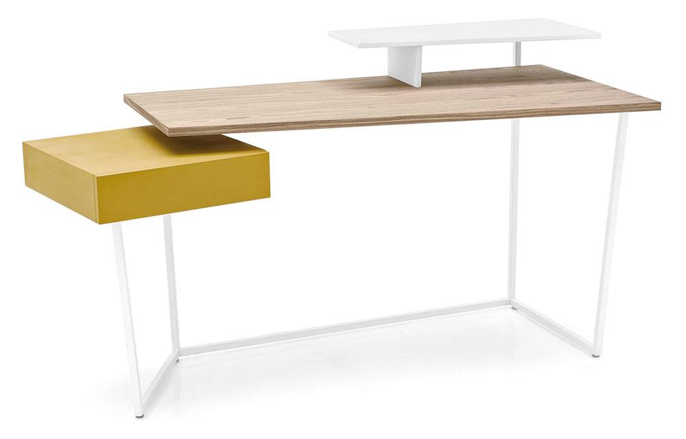AJ V ELEGANTNEJ PRACOVNI pekne ukáže farebný akcent. Zaujímavú možnosť, ako ju oživiť, predstavuje pracovný stôl Layers od značky Calligaris. V ponuke nájdete viacero farebných vyhotovení vrátane modelu so žltou zásuvkou. Predáva Livingin, LightPark.