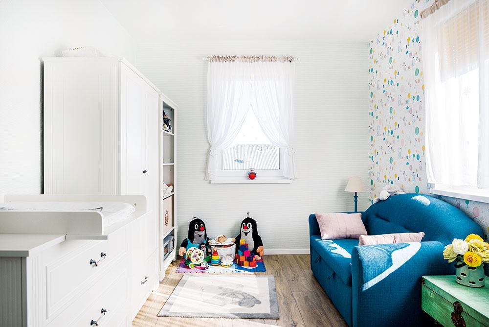 Poschodie je vyhradené nočnej zóne, umiestnenie detskej izby a spálne pritom jasne vyplynulo z dispozície.