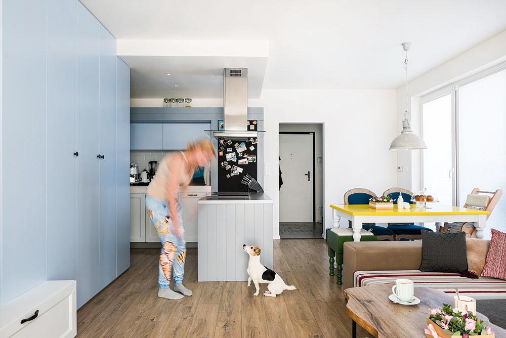 """Pracovná doska linky je rozdelená na dve časti s rôznymi výškami. """"Osvedčilo sa mi to už v predchádzajúcom byte. Nemusím sa tak zohýbať k drezu a nebolí ma chrbát,"""" vysvetľuje architektka a majiteľka bytu v jednej osobe."""