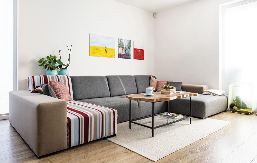 Obľúbený rozťahovací gauč sa s dvojicou sťahoval z predchádzajúceho bytu. Do nového priestoru im ho však čalúnnik upravil ako rozmerovo, tak aj farebne. Na poťah si zároveň zvolili kvalitnejší a odolnejší materiál