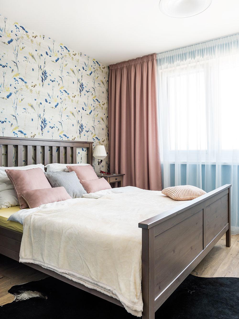 Farebné ladenie je pre príjemný dojem z interiéru kľúčové. Posteľ z Ikey a tapeta – svadobný dar – tvoria sympatickú kombináciu, ktorá mladú rodinu nezruinuje.