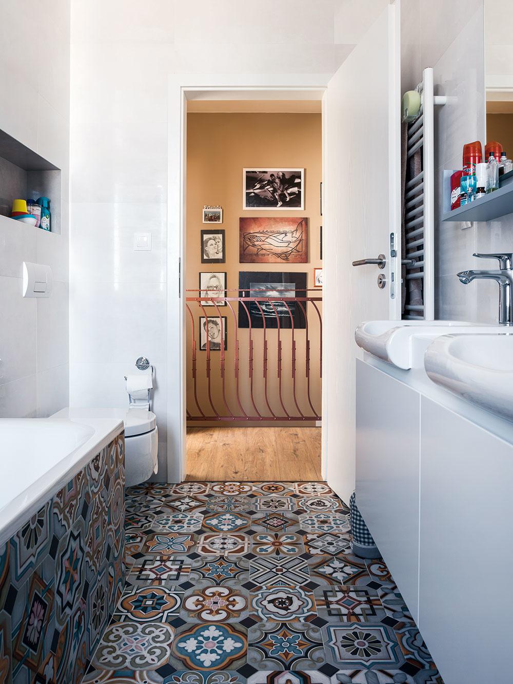 Vysnívanú dlažbu, ktorá imituje starú podlahu v kúpeľoch, doplnila architektka bielym obkladom, ktorý jej nekonkuruje. V dispozícii kúpeľne sa udiali najväčšie zmeny v mene praktickosti.