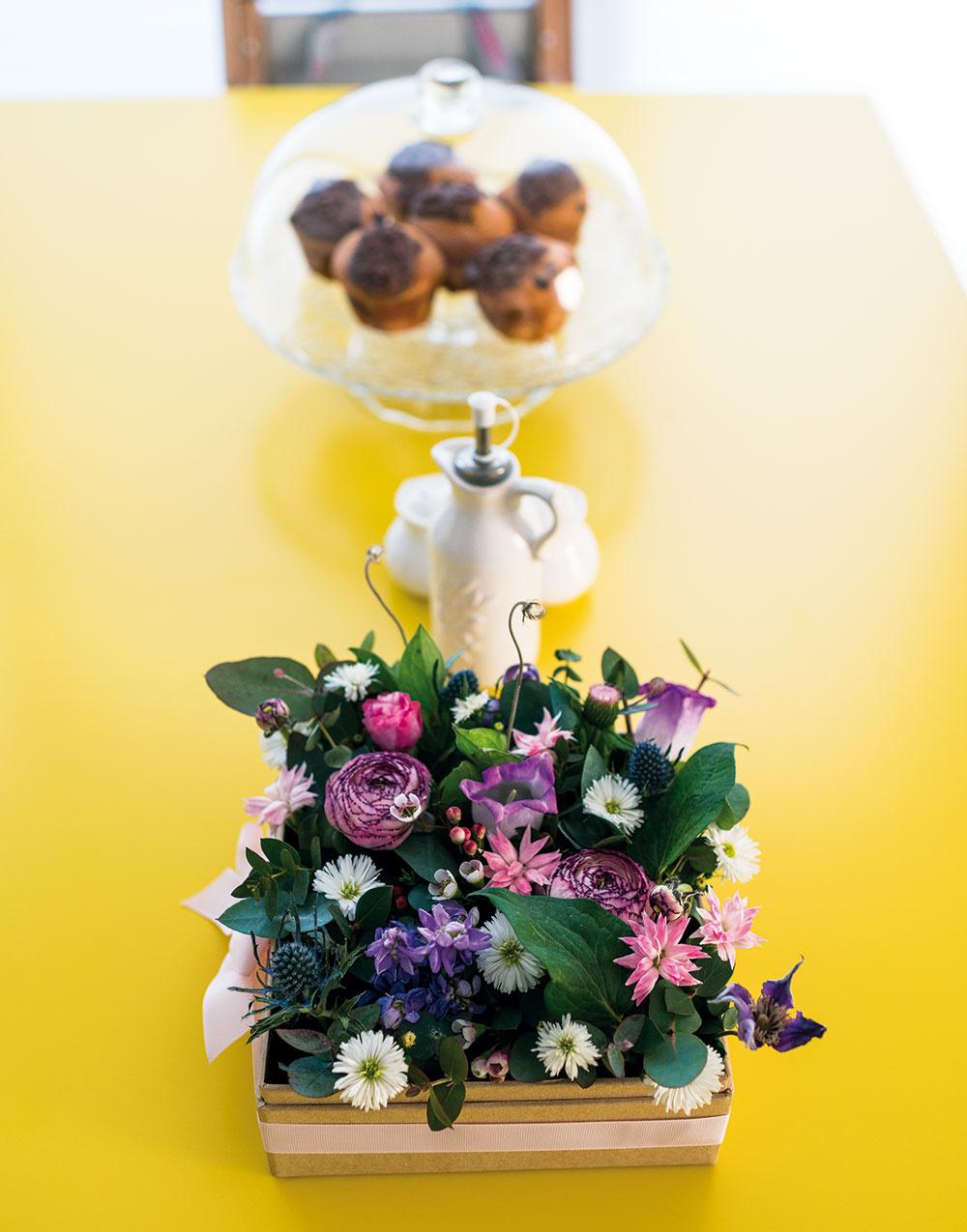 Žiarivožltá doska jedálenského stola perfektne oživila denný priestor, ktorého základ je ladený v tlmených pastelových tónoch.