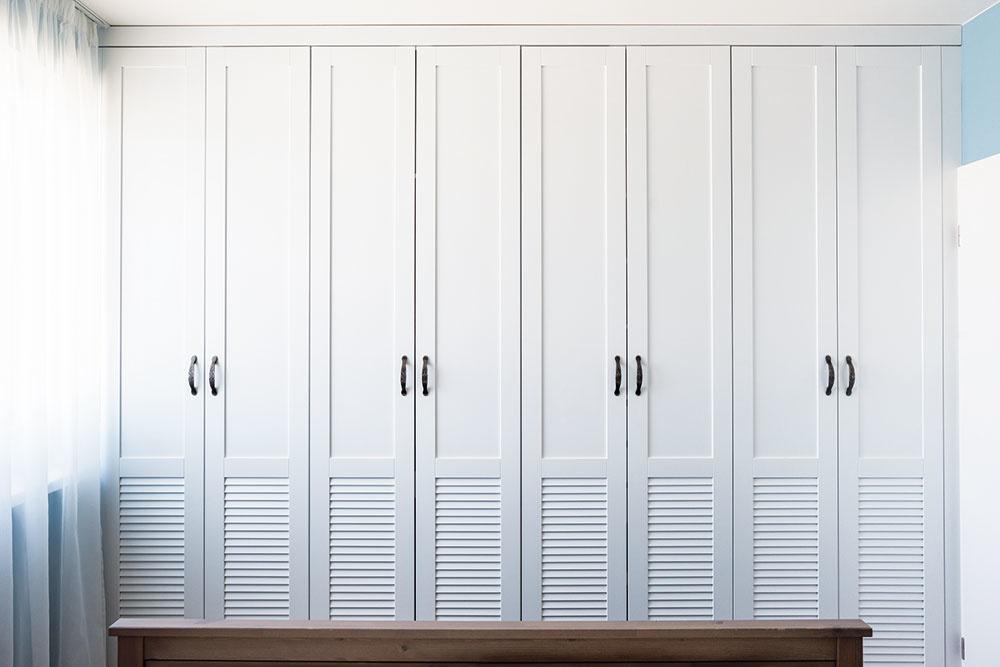 Šatníková skriňa nemusí byť len nutným zlom – plastické členenie zmenilo dvere na príjemnú grafickú plochu.