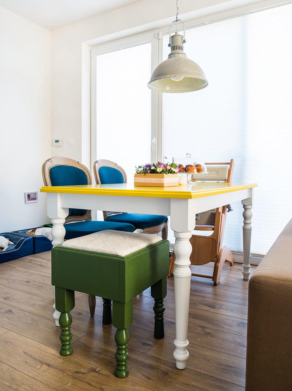 Zaujímavo a za rozumnú cenu – to bola architektkina méta pri zariaďovaní vlastného bytu. Viacero vecí presne podľa tohto kritéria, napríklad jedálenské stoličky, taburetky a príručný stolík z kufra, našla na Sashe.