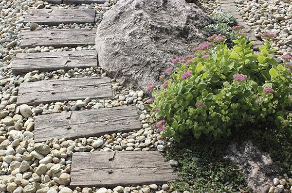 Záhradný chodník z podvalových platní