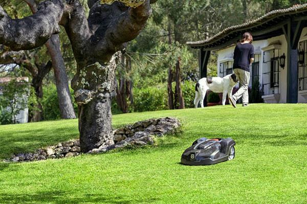 Robotická kosačka pokosí trávnik za vás
