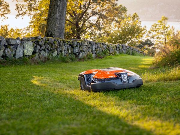 S robotickou kosačkou je trávnik udržiavaný bez ohľadu na počasie