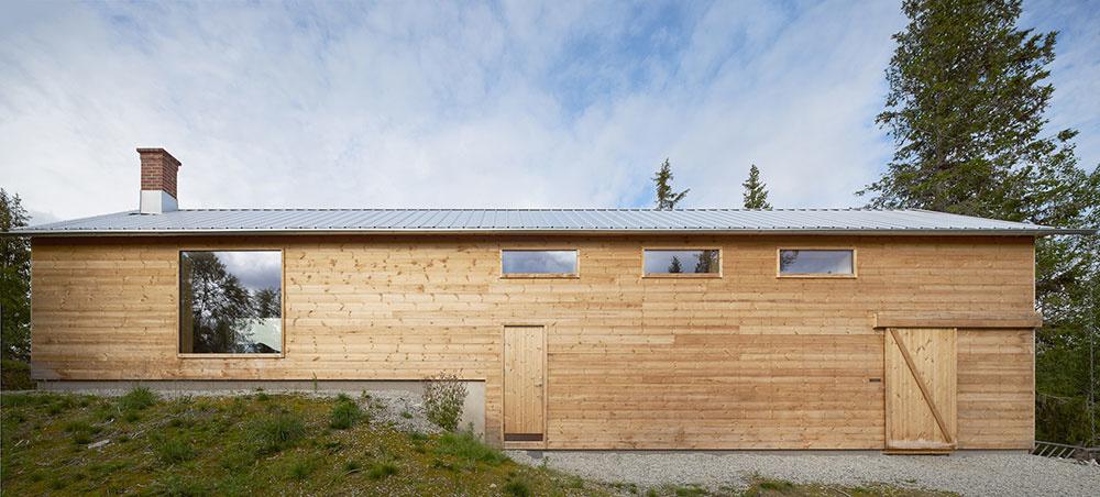 Úzka a dlhá rodinná chata parafrázuje tradičné domy