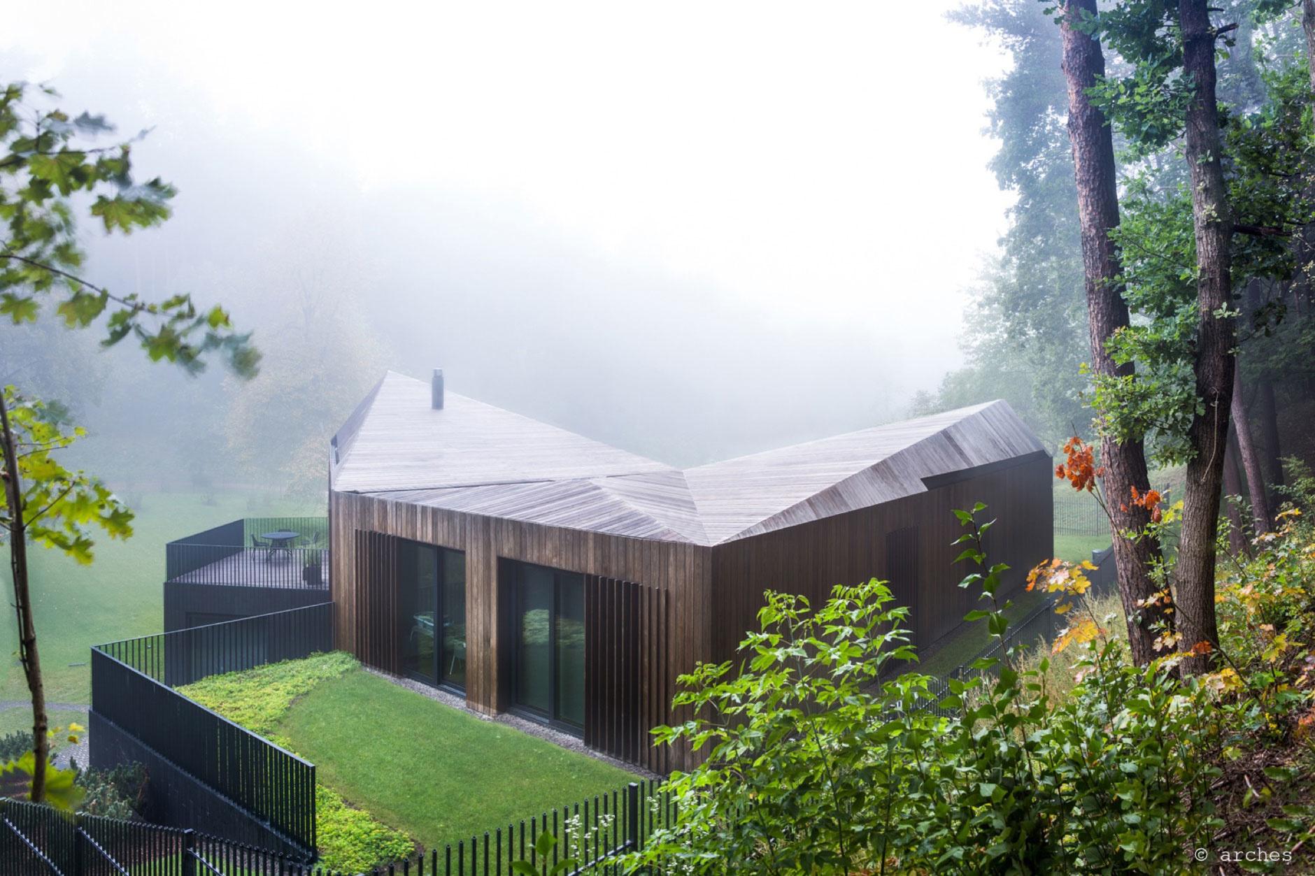 Nádherná vila ukrytá v lesoch neďaleko hlavného mesta