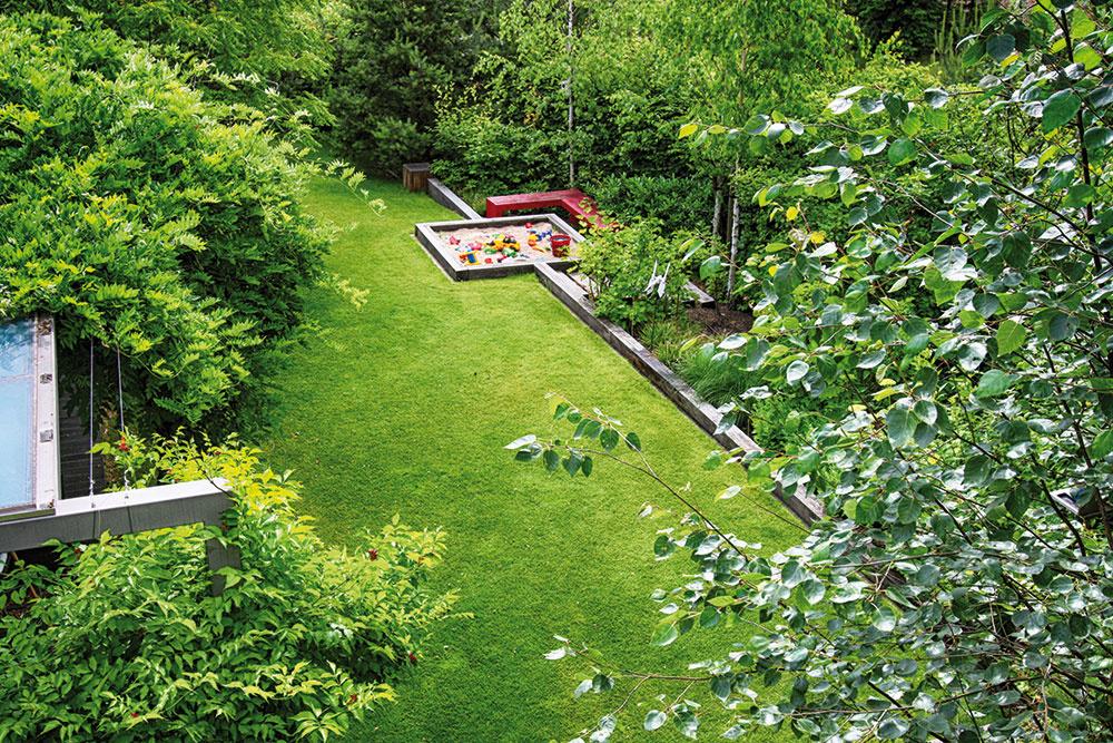 Minimalistická záhrada pri rodinnom dome vyhovuje rodičom aj ich deťom