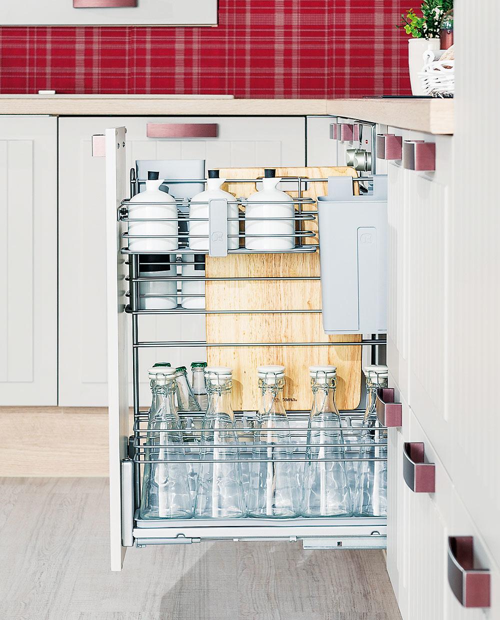 Výsuvné police a potravinové skrine s prístupom z oboch strán sú obzvlášť prehľadné. V kuchynskom štúdiu si ich môžete navrhnúť presne podľa svojich potrieb – zísť sa môže aj praktický organizér na fľaše. Rozmanité riešenia nájdete na www.decodom.sk.