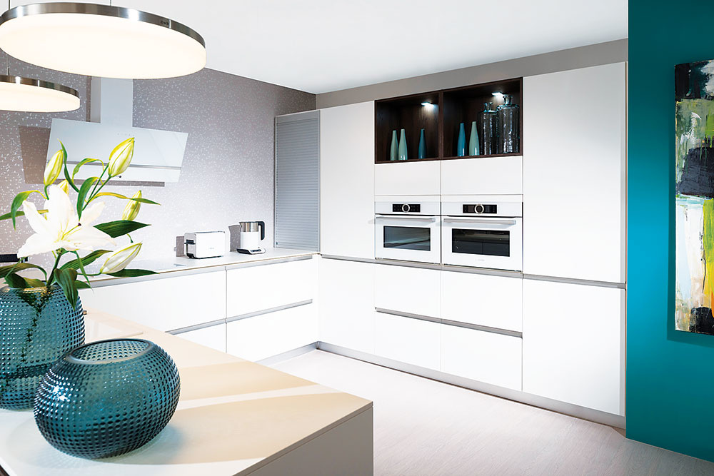 Kuchynské linky, ktoré pracujú s(takmer) celou výškou miestnosti, ponúkajú často priestor aj na uskladnenie sezónneho príslušenstva. Ak chcete celistvosť kuchyne trochu narušiť, nahraďte aspoň časť jednej skrinky otvorenou policou. Kuchyňu Ola nájdete vsortimente spoločnosti Decodom.