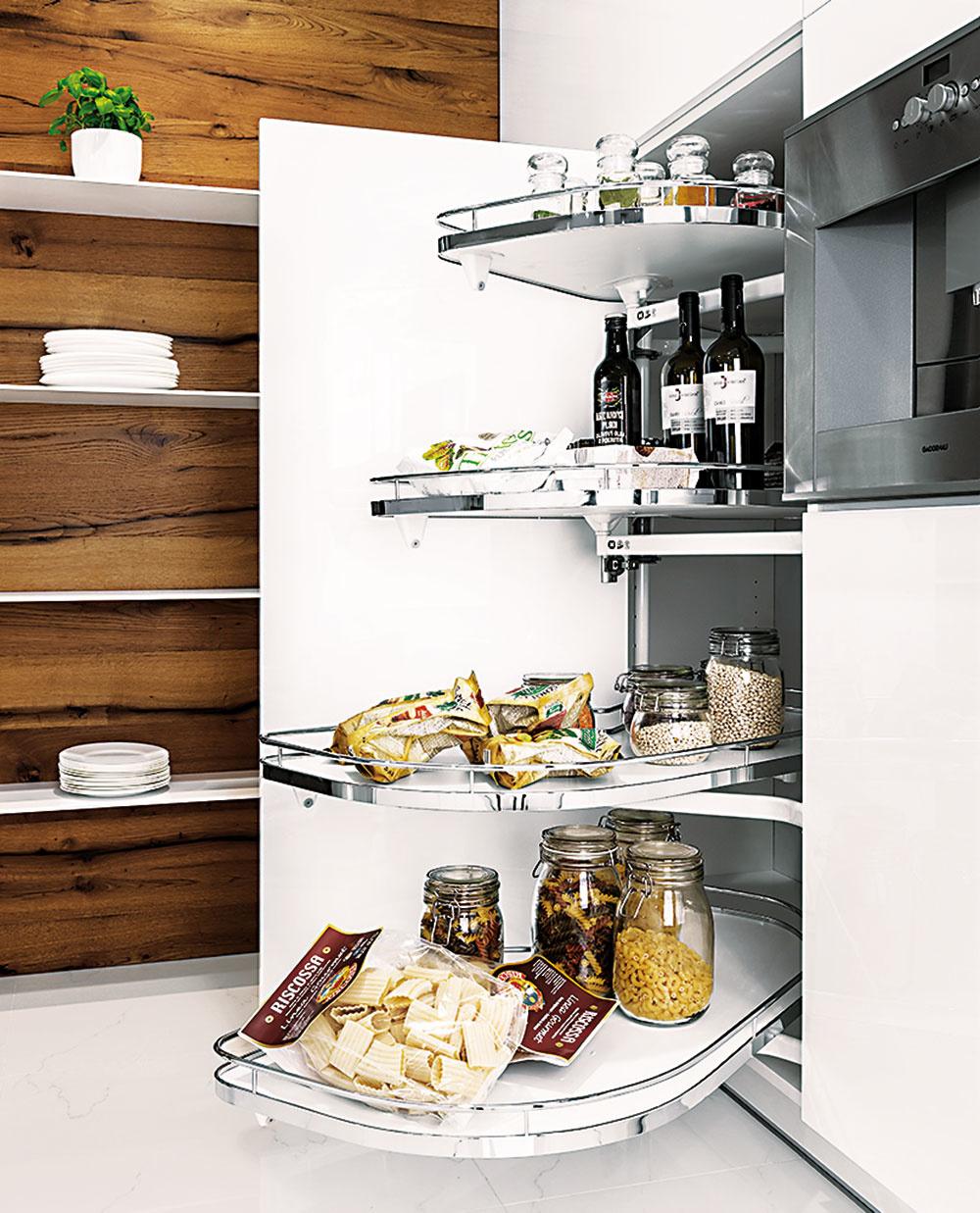 Rohy kuchynskej linky už nepredstavujú taký dramatický problém ako v minulosti. Dobré riešenie predstavujú otočno-výklopné police, ktoré sú navrhnuté tak, aby dobre zvládli aj vysokú záťaž. Kuchyne Elite od značky Hanák predáva Merito.