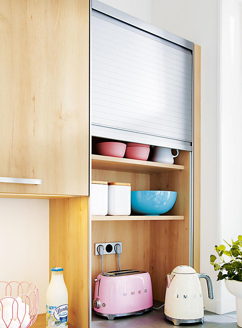 Šikovným riešením nielen do minimalistickej kuchyne môžu byť police s roletkou. Ak za ňu ukryjete menšie spotrebiče (aj s prívodom energie), budete ich mať neustále poruke a kuchyňa bude pôsobiť opticky čisto. Viac na www.schueller.de.