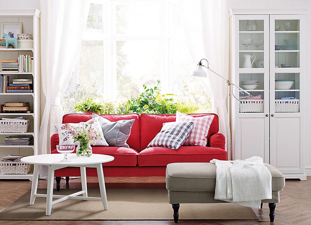 Nálada leta v obývačke je svetlá a chladná zároveň. Steny a stropy sú zväčša v mliečnej bielej farbe, dominujú najmä modrá, ružová, svetlotyrkysová a sivá. Inšpiráciou je aj kombinácia bieleho nábytku s malinovočervenou pohovkou od Ikey.