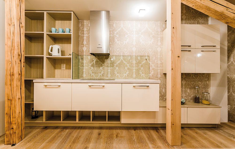 Kuchyňa svojím vzhľadom pripomína nábytkovú zostavu. Nechýbajú tu otvorené police, ktoré ju oživujú. Nevšedným spestrením je aj výraznejšia vzorovaná tapeta vtlmenej farebnosti. FOTO MARTIN MATULA