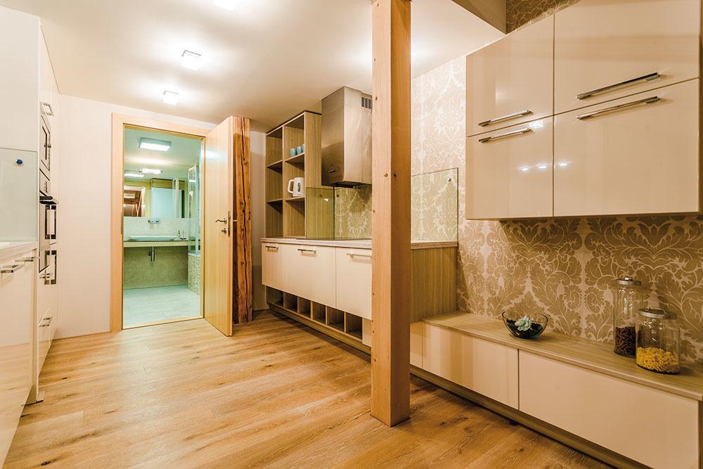 Vbyte nechýbajú dve kúpeľne stoaletami. Tá na spodnom podlaží sa nachádza hneď za paralelnou kuchyňou.