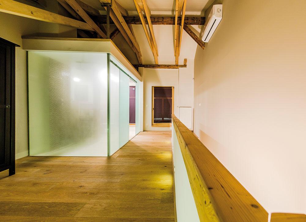 Zasklenú kúpeľňu na mieru vyhotovili Rudolf Rafael aOndrej Timko zkošickej spoločnosti TITO. Pozostáva zbezrámových sklených panelov sposuvnými vstupnými dverami. Realizácia kúpeľne bola náročná nielen zhľadiska navrhnutého riešenia. Komplikovaná bola aj doprava jednotlivých kusov amontáž včlenitom podkrovnom priestore.