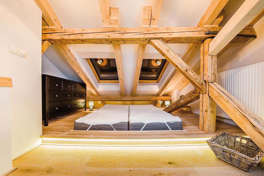 Tradične ponímanú posteľ nahrádzajú matrace umiestnené vzníženej časti vyvýšeného pódia. Majiteľom takého riešenie plne vyhovuje.