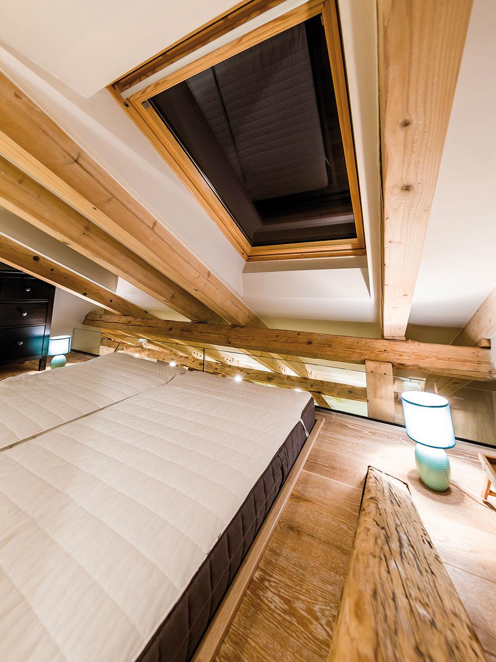 Domáci sa rozhodli vspálni nepoužiť ani nočné stolíky. Príručné lampy sa nachádzajú voľne na podlahe. Riešenie tak necháva plne vyniknúť použité drevo avýhľady na oblohu.