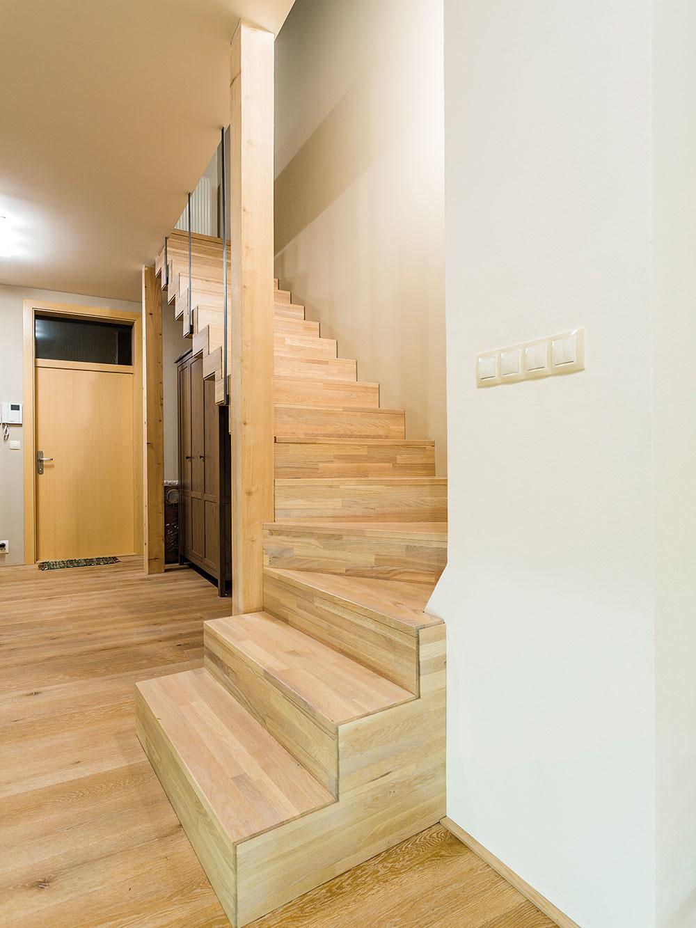Originálne schodisko vzniklo opláštením homogénnej oceľovej konštrukcie drevom.