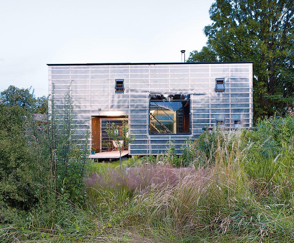 Filozofia Zen-houses spočíva vabsolútnom zjednodušení. Formu aatribúty klasického domu by ste tu hľadali márne. Práve za tento prístup získala stavba na konci roku 2016 hlavnú cenu vsúťaži Česká cena za architektúru.