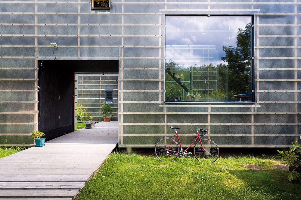 Ázijské inšpirácie. Tenká vrstva sklolaminátovej fasády, pod ktorou presvitá drevená konštrukcia, pripomína japonské deliace steny zryžového papiera. Vprvom rade je to však atmosféra pokoja, rovnováhy aprostej harmónie, ktorá zdomu vyžaruje ako odkaz na východné filozofie.
