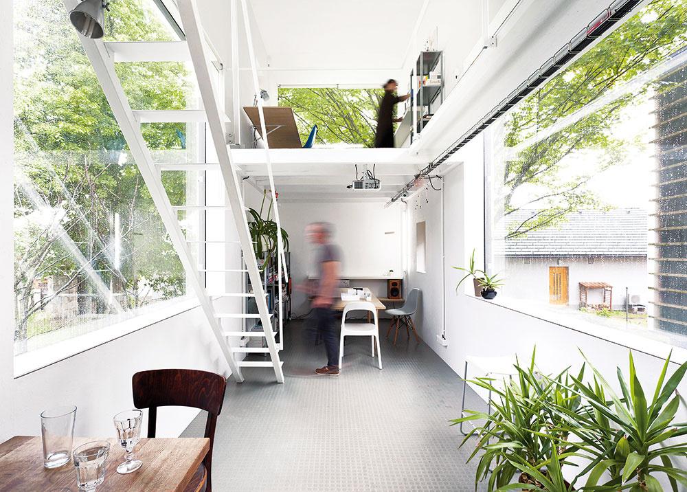 Jin ajang. Dve stavby, zktorých každá poskytuje necelých 60 m2 podlahovej plochy, sú zvonka takmer na nerozoznanie, vo vnútri sa však zreteľne líšia. Biely interiér poskytuje neutrálne čisté prostredie na prácu, čierny je zas obytnou časťou slúžiacou na odpočinok – dva protiklady, dva dopĺňajúce sa priestory, dve opačné sily.