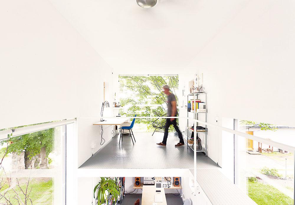 """Na poschodí """"bieleho"""" domu sú ďalšie dva pracovné priestory (na každej strane kvádra jeden) prepojené ochodzou."""