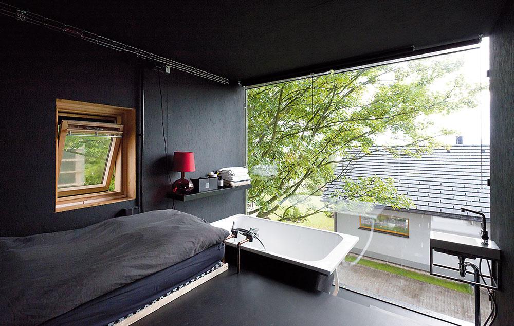 Bez obmedzení. Napriek tomu, že vonkajšia šírka každého zdomov je len 3 m, interiér nepôsobí stiesnene. Práve naopak. Bez zbytočného zaťaženia stenami či masívnym nábytkom máte pocit vzdušnosti. Navyše, vďaka veľkým oknám bez rámov vnútorný priestor akoby plynulo pokračoval do exteriéru.