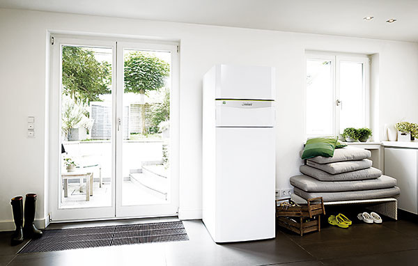 Tepelné čerpadlá novej generácie Vaillant flexoCOMPACT exclusive sú určené na vykurovanie a prípravu teplej vody v energeticky pasívnych domoch. Ide o univerzálne zariadenia, ktoré využívajú každý z alternatívnych prírodných zdrojov tepla – zem, vodu a vzduch. Majú označenie Green iQ a v súlade s novou európskou smernicou ErP sa zaraďujú do triedy A++. Cena zostavy vzduch-voda je od 13 400 € s DPH.
