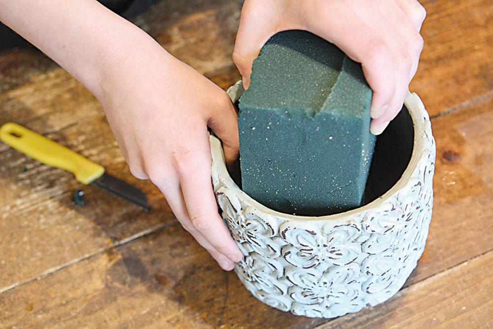 Aranžérsku hmotu vložíme do nádoby tak, aby siahala až na jej dno. Jej tvar nemusí s nádobou úplne korešpondovať.