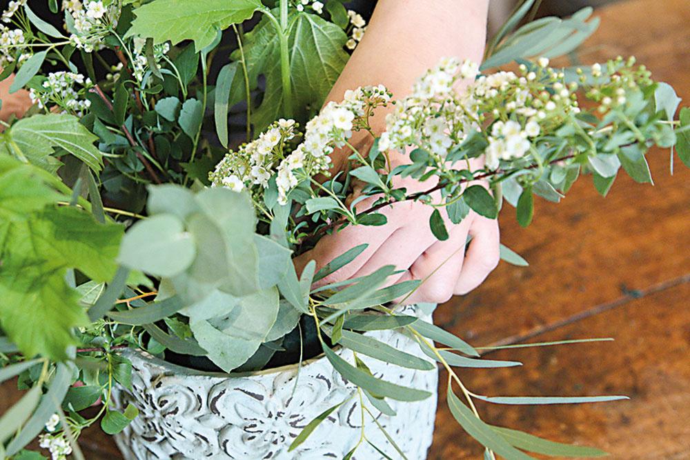 Rastliny pozapichujeme do aranžmánu, ideálne aspoň do hĺbky 5 cm.