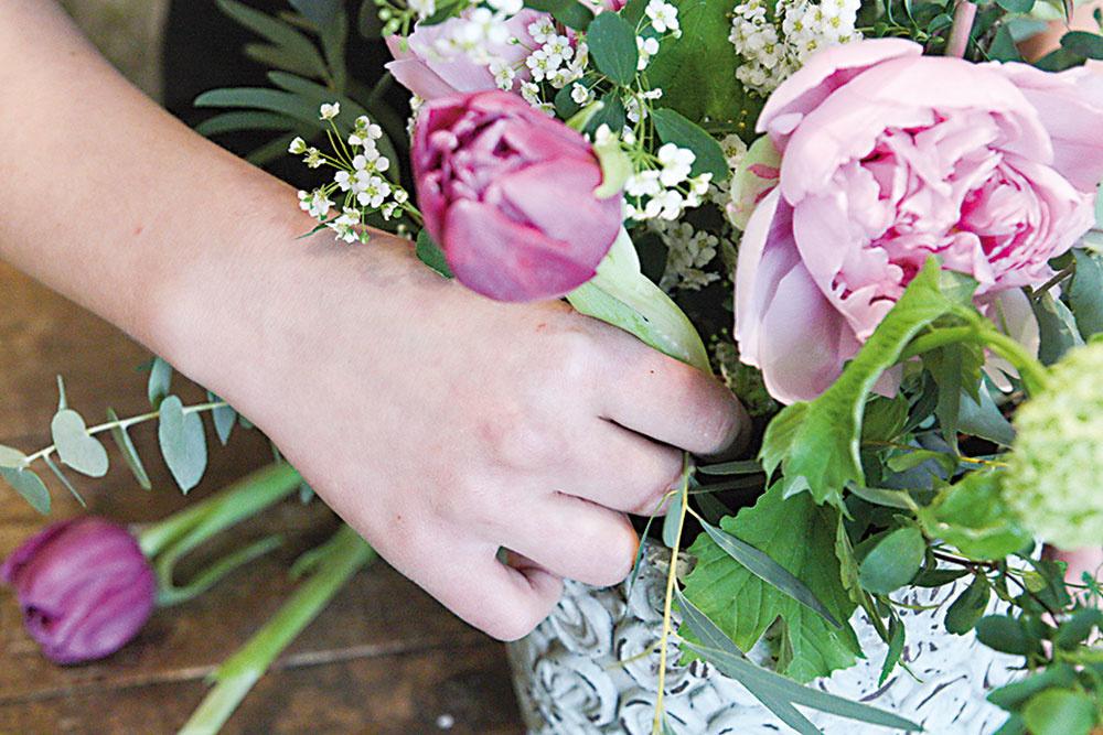 Do aranžmánu pozapichujeme aj tulipány. Keďže majú jemnú stonku, držíme ju tesne nad hmotou a pomaly tlačíme nižšie.