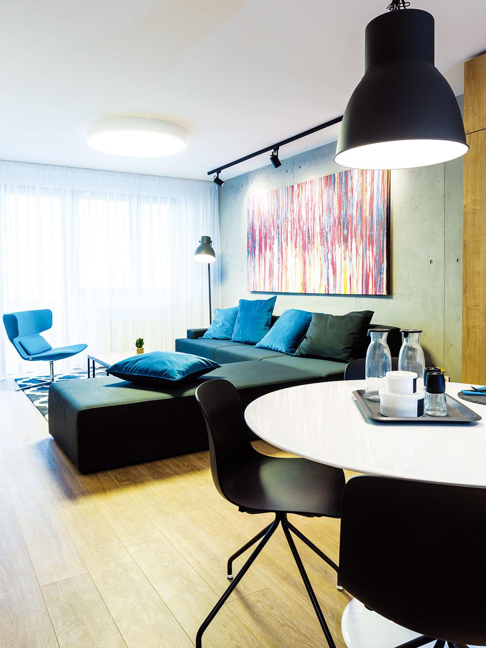 Osvedčený princíp ukázali architekti vdennom priestore väčšieho bytu – základ interiéru vytvorili zjednoduchých, nie príliš výrazných prvkov aladili ho vneutrálnej farebnosti, takže homožno ľahko dotvoriť doplnkami.