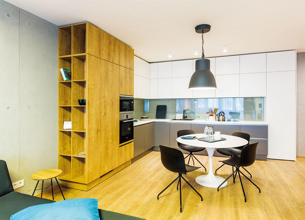 """Zariaďovanie srozvahou. """"Vo všeobecnosti platí, že pri zariaďovaní hrajú dôležitú rolu veľkoplošné materiály, osvetlenie azabudovaný nábytok, najmä kuchyňa. Zabudované časti interiéru nemeníte niekoľko rokov, preto ich treba vyberať srozvahou, vkvalitnom vyhotovení atak,aby príliš nepodliehali módnosti,"""" odporúča architektka zo štúdia K.F.A."""