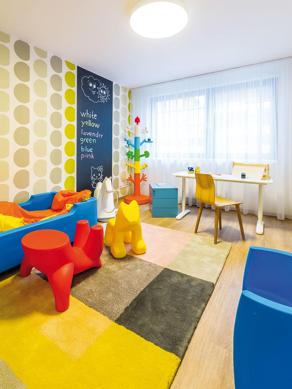 Vdetskej izbe dominujú veselé farby aodolné plasty – hravý štýl, ktorý osloví väčšinu malých detí aj ich rodičov. Kaktuálnym interiérovým trendom patria aj tapety atabuľová farba, ktoré sú na využitie vdetskej izbe ako stvorené.