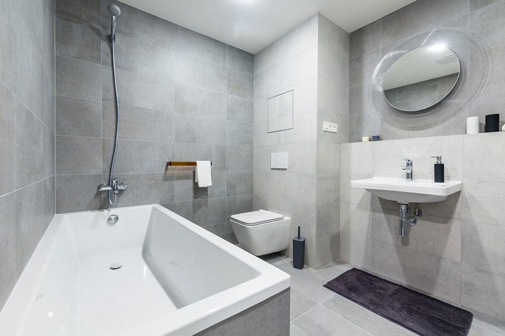 Vybavenie kúpeľne si, rovnako ako podlahy či dvere, môžu klienti vybrať zponuky štandardov, vrámci ktorých je kdispozícii viacero typov zariadenia, farieb či dekorov. Zrovnakej ponuky vyberali aj architekti pri zariaďovaní vzorových bytov.