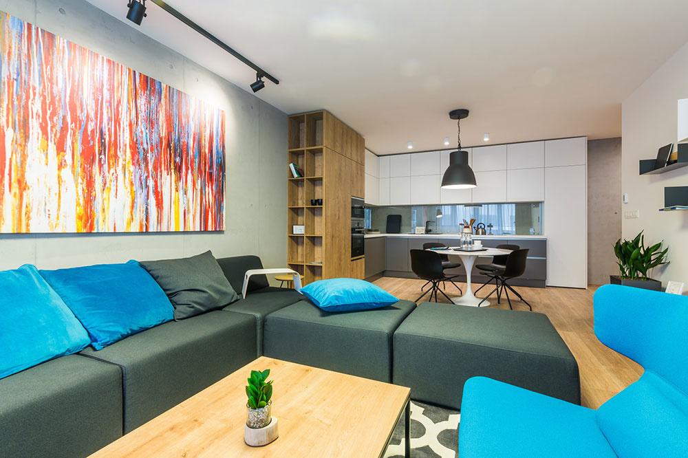"""""""Kuchyňa sa vdnešných bytoch stáva súčasťou priestoru obývačky, takže ho determinuje ako rozmerovo, tak aj esteticky,"""" pripomína architektka. Na priestorové vymedzenie dvoch odlišných funkčných zón – kuchyne aobývačky – využili autori kuchynský ostrov, na ktorý nadväzuje jedálenský stôl."""