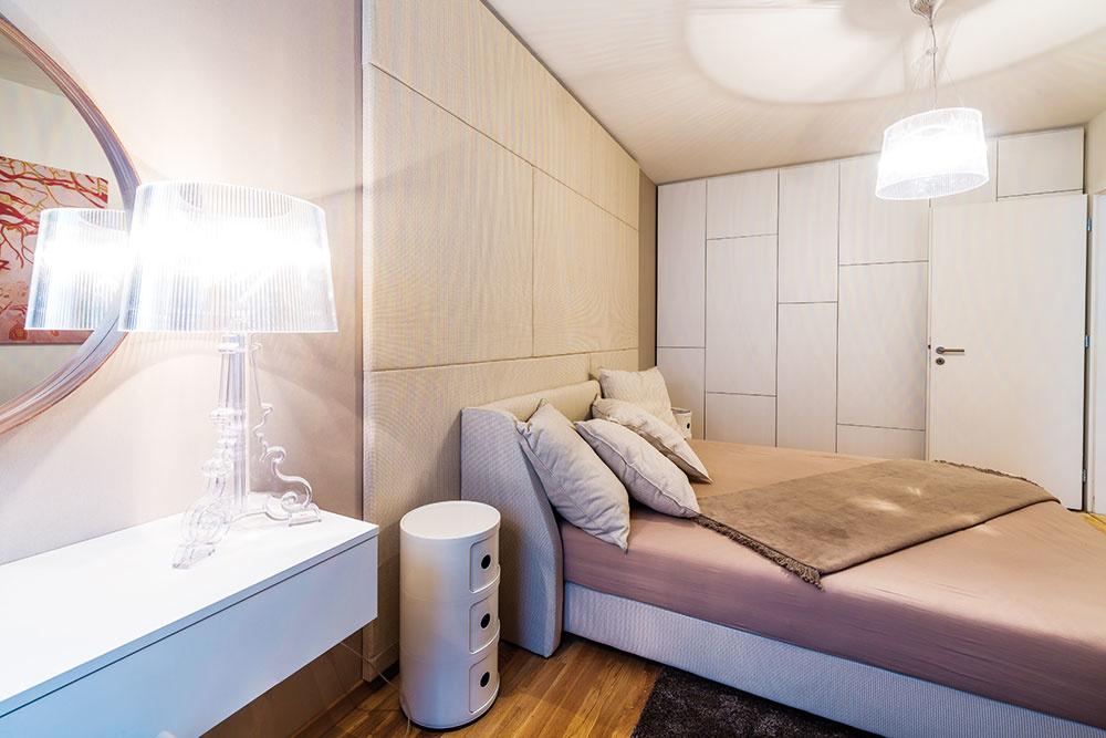 """Dôležité detaily. Kpríjemným trendom patrí """"čalúnená stena"""", ktorá vytvára efektné čelo postele. Ani veľká plocha dverí šatníkovej skrine nemusí byť nezáživne pôsobiacim """"nutným zlom"""". Stačí zaujímavý raster členenia dvierok."""