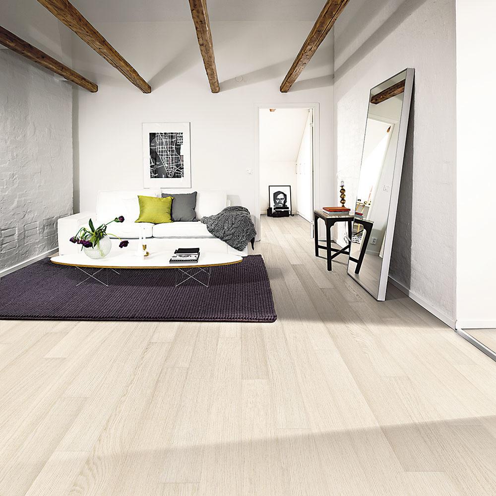 Drevo Dyhovaná podlaha Kährs zkolekcie Linnea Habitat je tenká, vďaka čomu má minimálny tepelný odpor auľahčuje ukladanie. Dekor dub dome má kefovaný povrch askosené hrany na všetkých štyroch stranách. Rozmery: 1 810 × 150 × 7 mm. www.kpp.cz
