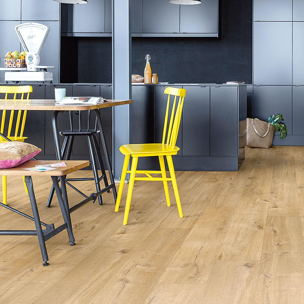 Vinyl Kolekcia Pulse dokonale imituje vzhľad prírodných materiálov. Okrem dekorov dubového dreva či borovice si môžete vybrať aj rôzne farebné vyhotovenia.  Je vodoodolná a dobre tlmí hluk, má teplý a príjemný povrch. Rozmery: 1 510 × 210 × 5 mm. www.quick-step.sk