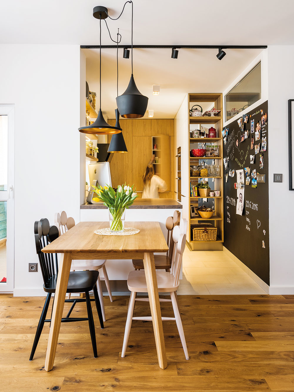 """Kuchyňa je umiestnená v""""zálive"""", ktorý nadväzuje na obývačku. Nájsť praktické, apritom vzdušne pôsobiace riešenie linky vúzkom priestore bolo dôležité apomerne náročné – návrh vznikol vspolupráci skuchynským štúdiom Domoss."""