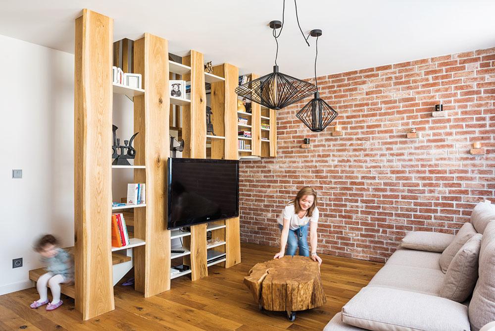 """Na prírodno vsprávnejmiere. Majitelia inklinujú kprírodným materiálom avobývačke chceli veľa dreva. Dizajnér však udržal množstvo drevených prvkov na príjemnej úrovni – tak, aby interiér neskĺzol kefektu """"drevárne""""."""