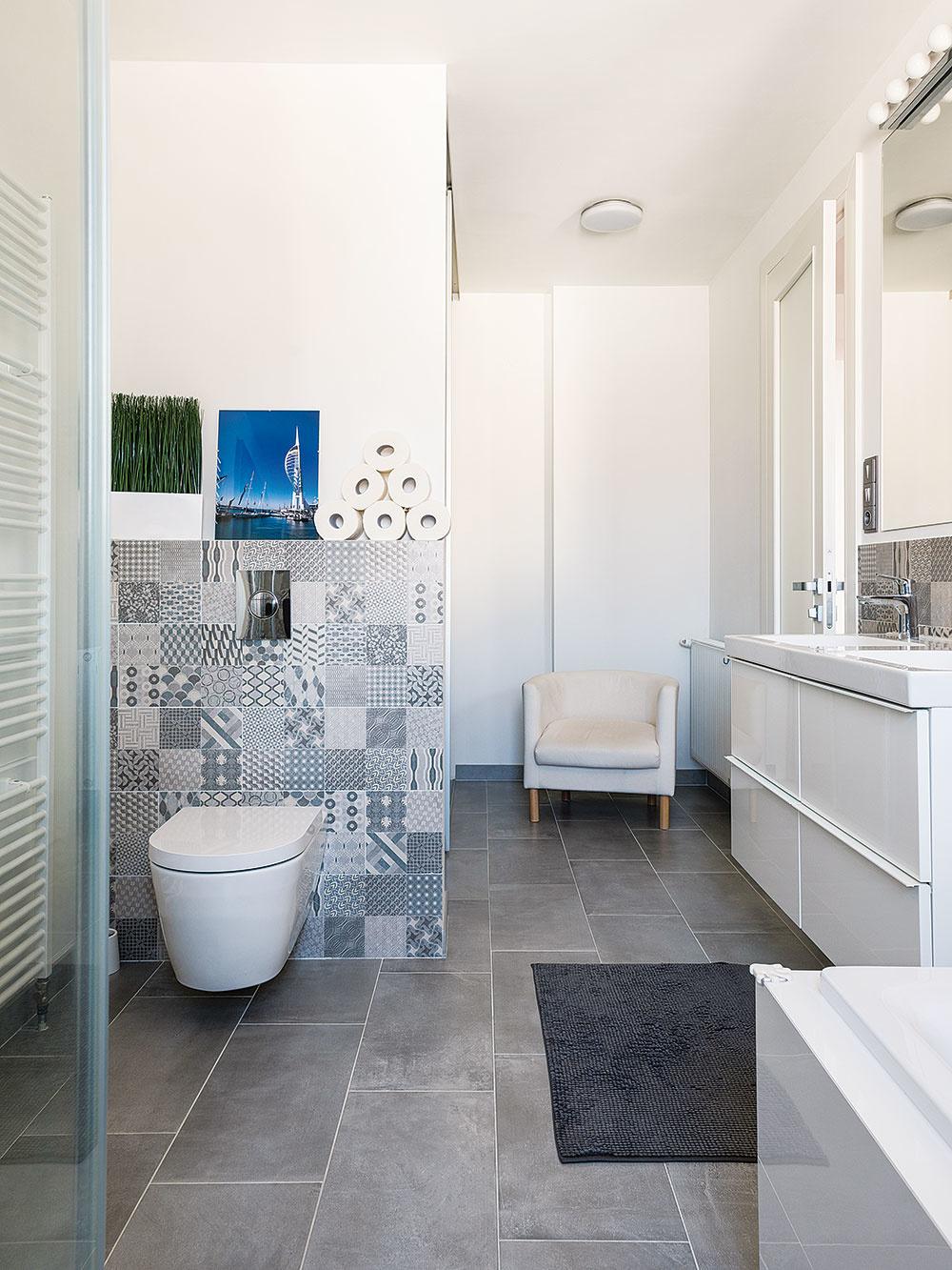 Priestorová optimalizácia. Kúpeľňu na poschodí spojili stechnickou miestnosťou, takže vznikol veľkorysý priestor, ktorého súčasťou je ajpráčovňa skrytá za posuvnými dverami. Namiesto dvoch dverí tak mohli ostať len jedny, vďaka čomu sa dala zväčšiť spálňa.